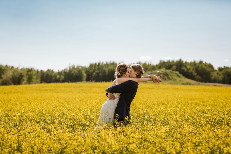 wedding-photos-in-canola-field